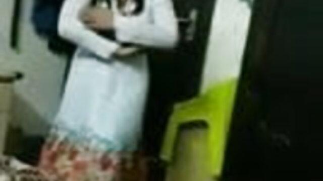 અને માતા સનીલીયોન ના સેકસી વીડિયો સામે તેની પુત્રી આંખો