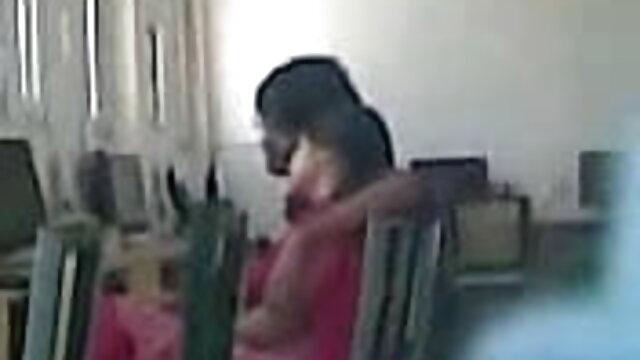 હિંમતવાન છોકરી સેક્સ માં વિચિત્ર સેકસી વીડિયો જોવા માટે પોશ્ચર licks કમ